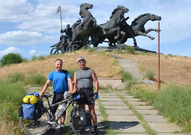 """Zygmunt Szczepanek (z prawej) i Wojtek Suszek podczas ostatniej wyprawy na Ukrainę. Tu pamiątkowe zdjęcie na tle pomnika """"Taczanka"""".Zobacz też: Inauguracja roweru miejskiego w Radomiu"""
