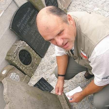 - Cieszę się, że mieszkańcy Wichowa starają się ocalić historię tych ziem - podziwia stare nagrobki Martin Promnitz z Berlina