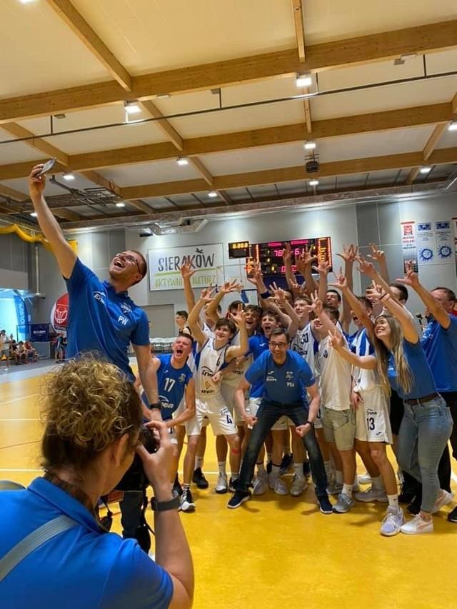 Tak drużyna Enei Basketu Junior Poznań cieszyła się po zdobyciu brązowego medalu MP