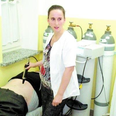 - Krioterapia ma tę zaletę, że mimo emisji tak zimnego powietrza, nie mrozi tkanek - tłumaczy Aneta Matuszelańska, rehabilitantka. - Do tego sam zabieg trwa tylko 2-3 minuty.