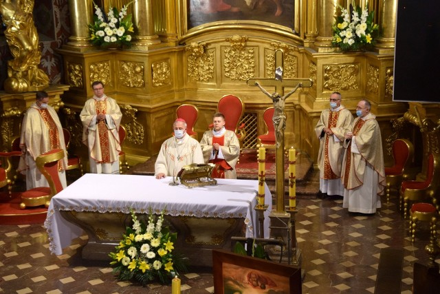Uroczystej mszy świętej przewodniczył biskup ordynariusz diecezji kieleckiej Jan Piotrowski.