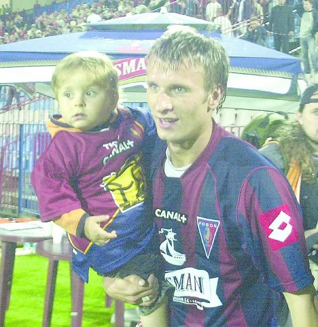 Najszczęśliwszy człowiek po meczu Pogoń - Lech (3:1). Tomasz Parzy wraz ze swoim synkiem.