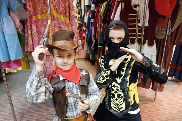 Michał Dziwniel (z lewej) na zabawie w przedszkolu będzie wymarzonym kowbojem, a jego brat Artur wystąpi jako ninja