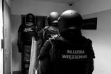 Zatrzymany za korupcję funkcjonariusz Służby Więziennej z Międzyrzecza wyszedł na wolność. Śledztwo trwa. Kolejne osoby z zarzutami