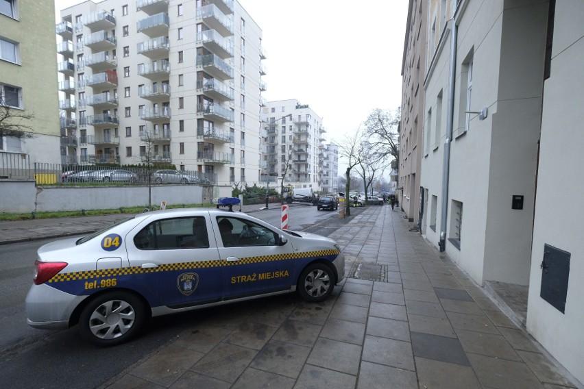 Pomoc drogowa wywozi samochody z ul. Chłapowskiego