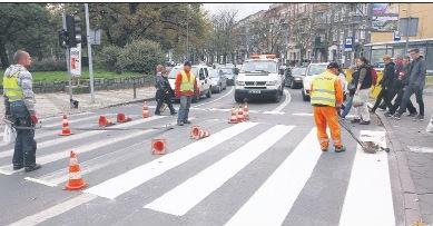 Malowanie pasów na placu Kościuszki wzbudziło zdziwienie przechodniów i zirytowało kierowców.