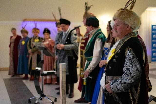 Bracia Kurkowi bal otworzyli uroczystym polonezem staropolskim.