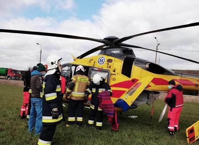 21-letni motocyklista zginął w zderzeniu z volkswagenem na drodze krajowej nr 70 w miejscowości Arkadia pod Łowiczem. Do koszmarnego wypadku doszło w czwartek (20 maja) ok. godz. 18.30. W wyniku zderzenia z samochodem 21-latek doznał poważnych obrażeń, m.in. amputacji nogi. O jego życie walczyła ekipa Lotniczego Pogotowia Ratunkowego. Mimo godzinnej reanimacji młodzieniec zmarł. Okoliczności tragedii wyjaśnia policja pod nadzorem prokuratury. Czytaj więcej na następnej stronie