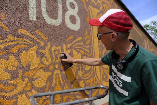 Mural przy Szosie Chełmińskiej 108 jest dziełem Andrzeja Poprostu.