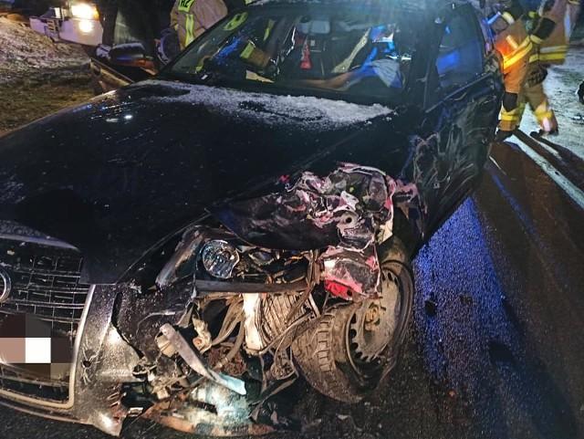 Wczoraj wieczorem w Płaszczycy (gm. Przechlewo), kierująca audi zasnęła za kierownicą i uderzyła zaparkowanego na poboczu hyundaia. A później doszło jeszcze do zderzenia z hondą, która jechała z przeciwnej strony. Audi odbiło się od hyundaia i znalazło się na przeciwnym pasie.