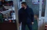Policja poszukuje mężczyzny, który posłużył się w suwalskim sklepie fałszywym banknotem. Rozpoznajesz go? (zdjęcia)