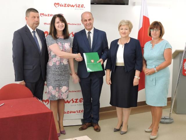 Podpisanie umów na dofinansowanie inwestycji na wsiach wszystkich gmin powiatu ostrołęckiego odbyło się 22 lipca 2019 r. w Lelisie