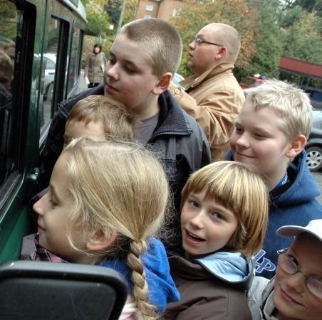 Dni otwarte w Nadleśnictwie cieszyły się sporym zainteresowaniem szkolnej dziatwy. Nic dziwnego, nie co dzień Adrianna Czaja (na pierwszym planie) wraz z pięcioklasistami ze szkoły podstawowej nr 3 mają okazję z bliska oglądać terenowy samochód Straży Leśnej.