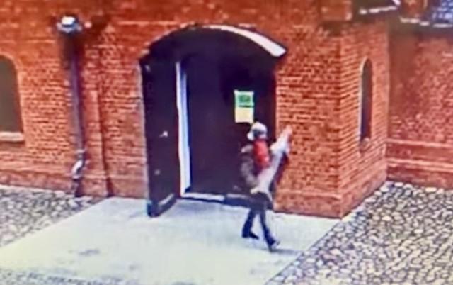 Dwóch mężczyzn zostało zatrzymanych za kradzież figury kościelnej ze skarbonką, w której były pieniądze