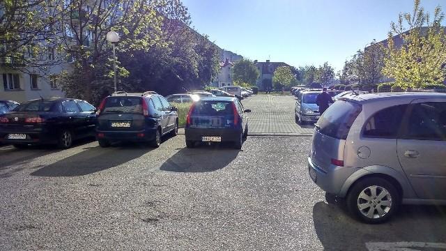 Autodrań zaparkował przy wjeździe na parking w Gorzowie