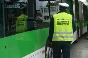 Wzmożone kontrole autobusów MZK  przeprowadzono w piątek (20 września). Inspektorzy ITD sprawdzali m.in. trzeźwość kierujących, wymagane dokumenty i stan techniczny pojazdów. W trakcie akcji skontrolowanych zostało 73 autobusy. - W 5 przypadkach ujawniono nieprawidłowości. W jednym z autobusów była pęknięta szyba przednia, a w innym uszkodzona opona. Ponadto dwa autobusy miały niesprawne światła cofania i jeden niesprawne oświetlenie tablicy rejestracyjnej- informuje Główny Inspektorat Transportu Drogowego. Czytaj również: Zielona Góra. Podróże z książką w autobusach miejskich. Nic, tylko czytać!W pozostałych 68 autobusach inspektorzy ITD nie mieli najmniejszych uwag do stanu technicznego i wymaganych dokumentów. Wszyscy kierujący byli trzeźwi. Sprawdź też: Rozkład jazdy MZK w Zielonej Górze zmieni się od 2 września. Niektórymi autobusami już nie pojedziecieWIDEO: Tak prezentuje się Centrum Przesiadkowe w Zielonej Górze