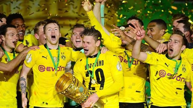 Łukasz Piszczek po zdobyciu Puchar Niemiec nie ukrywał wzruszenia i radościZobacz kolejne zdjęcia. Przesuwaj zdjęcia w prawo - naciśnij strzałkę lub przycisk NASTĘPNE
