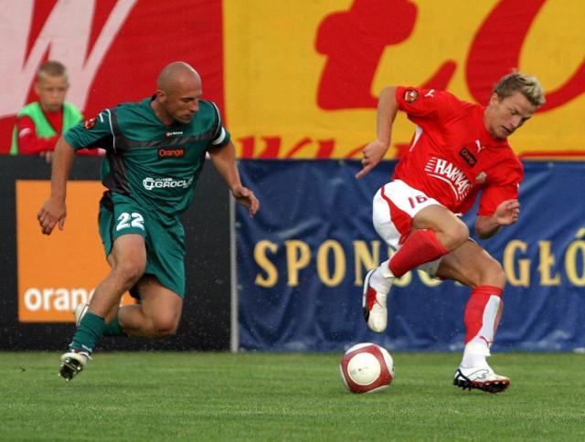 Piotr Rocki (od lewej) walczy o piłkę z Adrianem Budką z Widzewa
