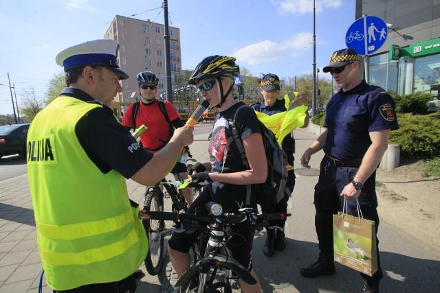 Kontrole rowerzystów w Łodzi. Policjanci i strażnicy miejscy sprawdzali kierujących rowerami oraz ich pojazdy na skrzyżowaniu marszałków