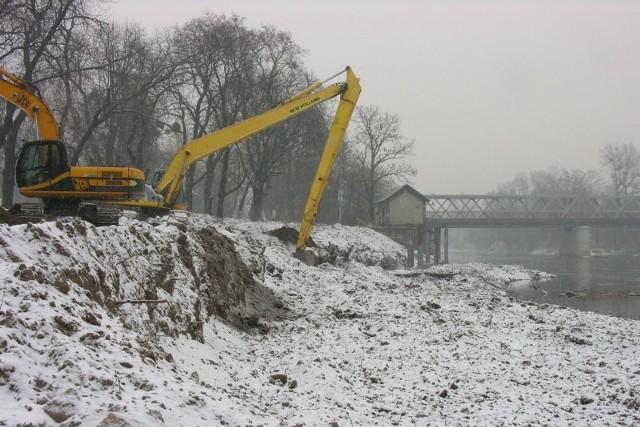 Dotąd pogoda sprzyjała budowlańcom i miejsce, gdzie powstaje przystań rzeczna na Odrze w Brzegu zmieniało się błyskawicznie. W środę spadł śnieg, ale maszyny nadal pracowały.