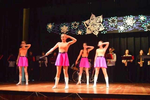 Mażoretki i orkiestra dęta na scenie Gminnego Ośrodka Kultury w Czyżewie