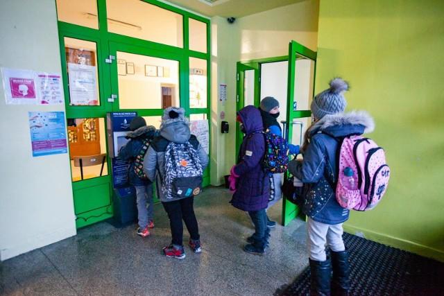 Z uwagi na wysoki wzrost zachorowalności w kraju, od 22 marca do 11 kwietnia, naukę w trybie zdalnym będą realizowali uczniowie wszystkich klas szkół podstawowych dla dzieci i młodzieży w całym kraju.