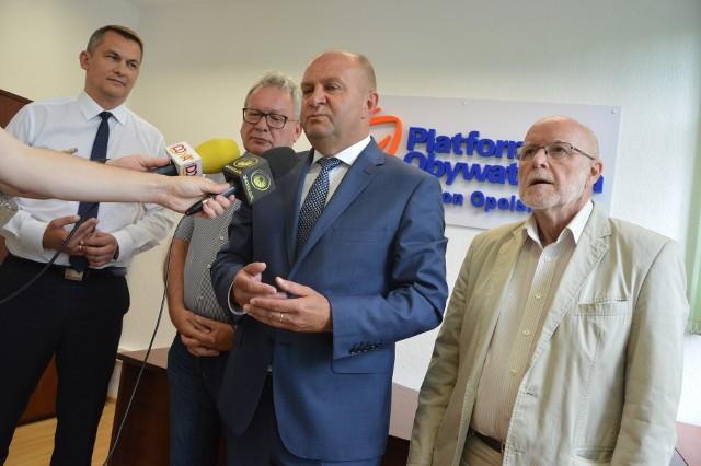 Senator Piotr Wach (od prawej), marszałek Andrzej Buła, poseł Leszek Korzeniowski i poseł Tomasz Kostuś zachęcali do korzystania z pomocy prawnej Biura Interwencji Obywatelskiej.