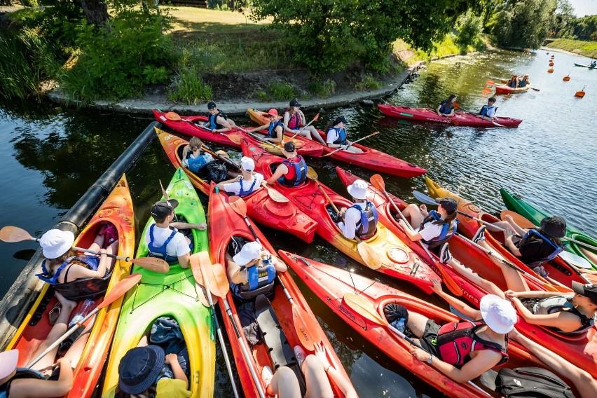W spływie kajakowym Kanałem Bydgoskim wzięła udział młodzież...