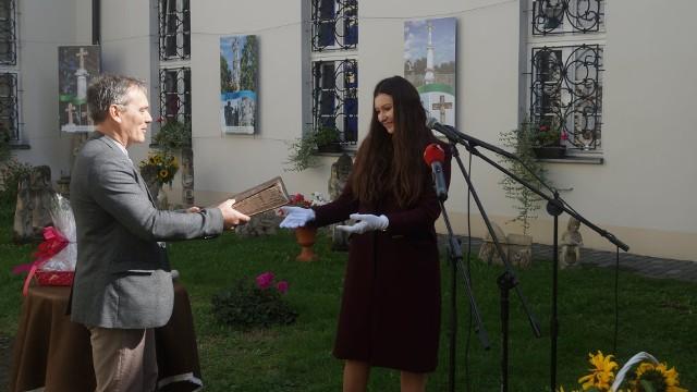 Krzysztof Myśliński przekazuje starodruk Justynie Dziadek, dyrektor Muzeum Regionalnego w Pińczowie.