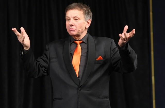 Zenon Laskowik założył Kabaret Tey w roku 1971 m.in. z Krzysztofem Jaślarem. Przez wiele lat występował też z Bohdanem Smoleniem.