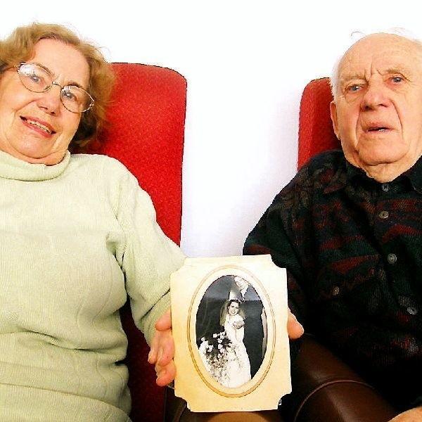 Małżonkowie prezentują ślubne zdjęcie. Mówią,  że te pięćdziesiąt lat minęło, jak z bicza strzelił.