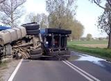 Ciężarówka przewróciła się na jezdnię i zablokowała drogę krajową 39