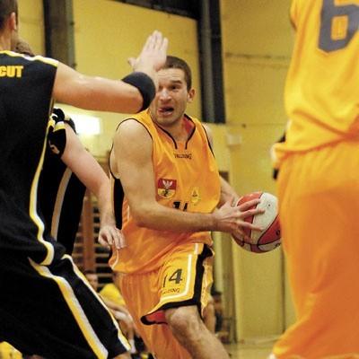 Kamil Zakrzewski z Żubrów (przy piłce) w końcówce popisał się dwoma rzutami za trzy punkty
