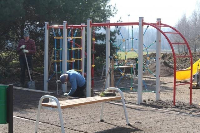 Budowa placu zabaw przy podstawówce w Gdowie (ul. Szkolna) zmierza do finału. Nowy obiekt dla dzieci zostanie otwarty w najbliższych tygodniach
