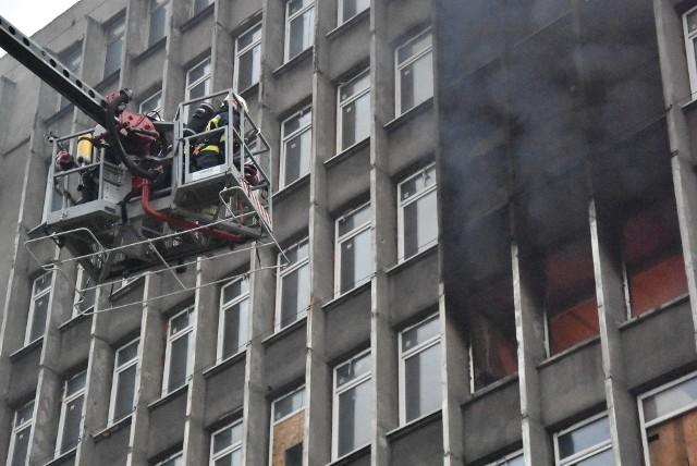 Pożar kontrolowany na terenie Expo w Sosnowcu