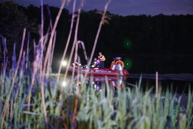 W niedzielę mieszkaniec Kwilicza wybrał się na ryby nad Jezioro Młyńskie w Prusimiu, ale nie wrócił do domu. W poniedziałek rozpoczęto akcję poszukiwawczą. Późnym wieczorem nurkowie wyłowili jego ciało. Zobacz więcej zdjęć ---->