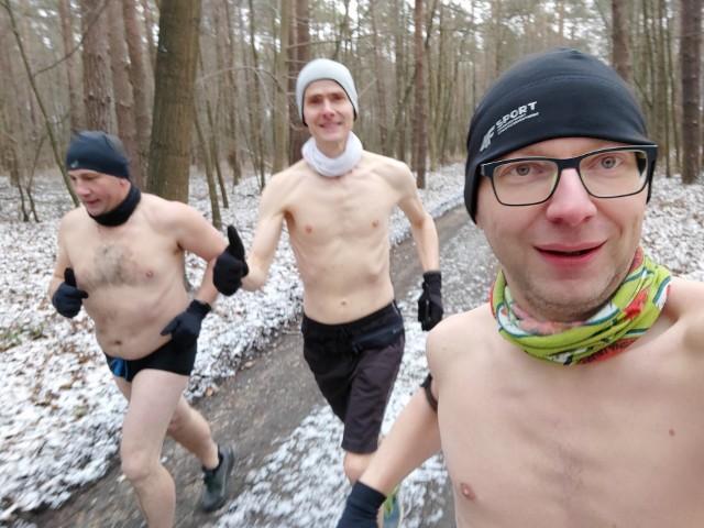 W biegu, oprócz Pawła Kampy (z prawej), wziął również udział inny były sołtys Tarnowa Opolskiego - Jan Czech (z lewej). Trzecim uczestnikiem, który zdecydował się na ekstremalne bieganie, był Robert Szendera. – Myślę, że z roku na rok będzie nas przybywać – mówi Paweł Kampa.