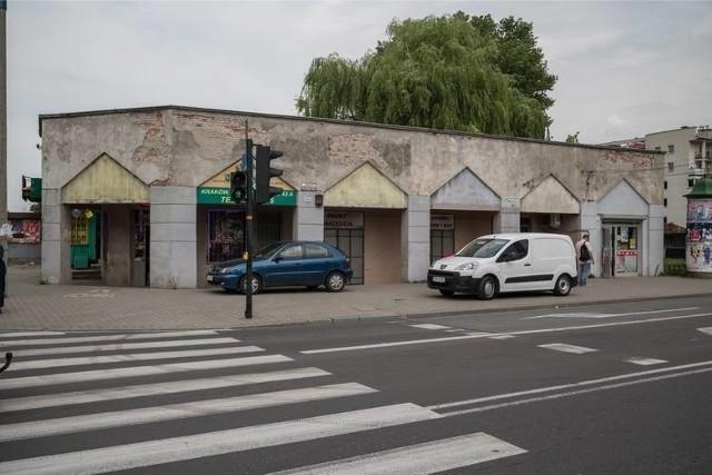 Sukiennice prądnickie znajdowały się na skrzyżowaniu al. 29 Listopada i ulicy Dobrego Pasterza. Nazwa obiektu pochodzi od arkadowego podcienia, które ma przypominać Sukiennice z Rynku Głównego