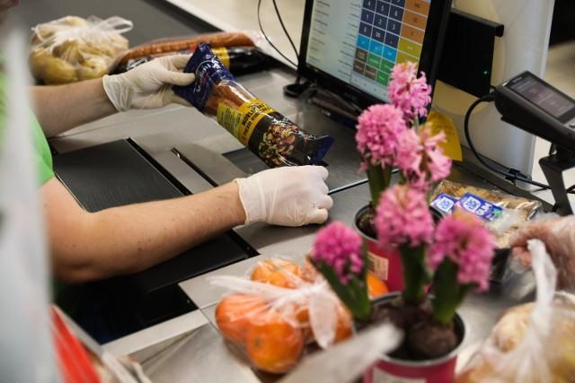 Sieci handlowe postanowiły docenić pracowników swoich sklepów za zaangażowanie oraz pracę w trudnych warunkach rozprzestrzeniającej się epidemii koronawirusa.  Sprawdź wysokość premii w posczególnych marketach