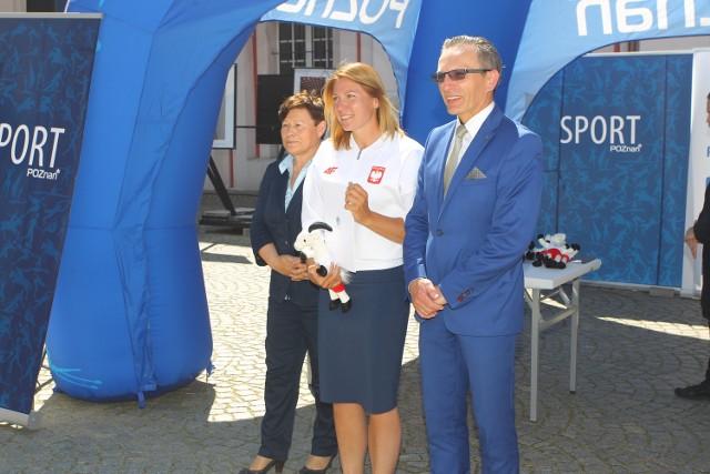 Wśród wyróżnionych była też kajakarka Warty Poznań, Ewelina Wojnarowska. Z lewej dyrektor Wydziału Sportu UM Poznania, Ewa Bąk, z prawej zastępca prezydenta Poznania, Arkadiusz Stasica