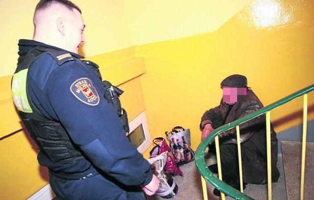 Wielu bezdomnych koczuje na klatkach schodowych i śpi na schodach.