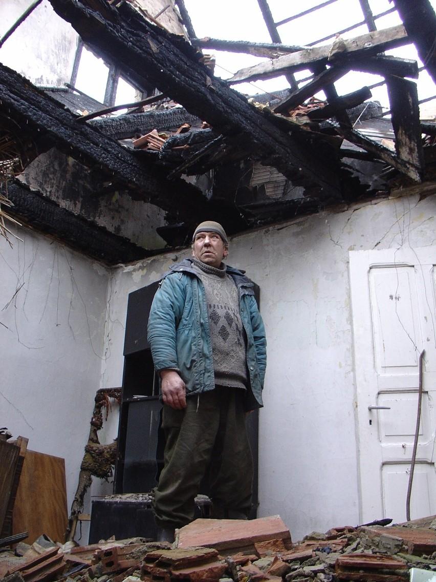 - Podpalili mnie, ale dziś wszyscy uważają, że to ja. Może zasłużyłem na taką opinię... - pan Zbyszek patrzy na spalone krokwie dachu i mówi to bardziej do siebie, niż do dziennikarza.