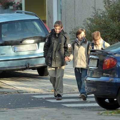 Policjant złamał przepisy. Mimo zakazu parkowania, zostawił auto na środku chodnika.