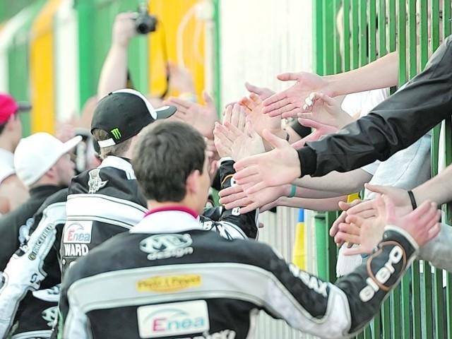 """Ekipa Unibaksu Toruń przybija z kibicami piątki po meczu o brązowy medal. Teraz """"Anioły"""" będą mierzyły znacznie wyżej. Ale nie tylko one."""