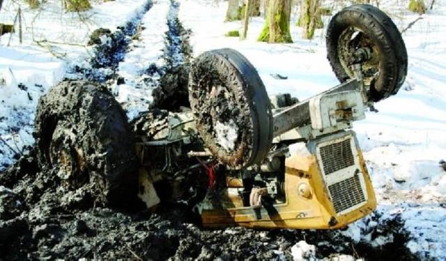 W marcu 2010  w kompleksie leśnym w pobliżu miejscowości Wyliny-Ruś (gm. Szepietowo) doszło do tragicznego wypadku. Pochodzący z gm. Rudka mężczyzna pracował przy wywózce drewna z miejsca wyrębu.- W pewnym momencie ciągnik marki Ursus prowadzony przez 22-latka ugrzązł na błotnistej leśnej ścieżce - relacjonuje sierż. Anna Frankowska z Komendy Powiatowej Policji w Wysokiem Mazowieckiem. - Aby wydobyć pojazd, podłożono drewniane bale. Kiedy kierowca usiłował wyjechać, przednie koła ciągnika uniosły się do góry. Pojazd wywrócił się, przygniatając mężczyznę. Młody człowiek nie miał szans, poniósł śmierć na miejscu.