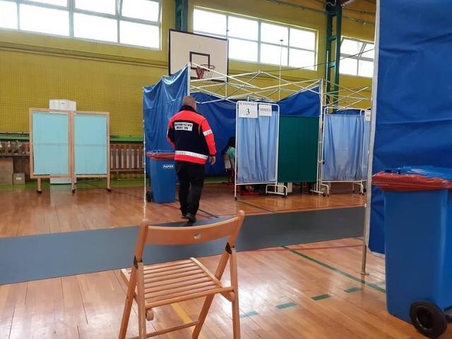 Powszechny, Powiatowy Punkt Szczepień mieści się w sali gimnastycznej Szkoły Podstawowej przy ul. Curie-Skłodowskiej w Łasinie.