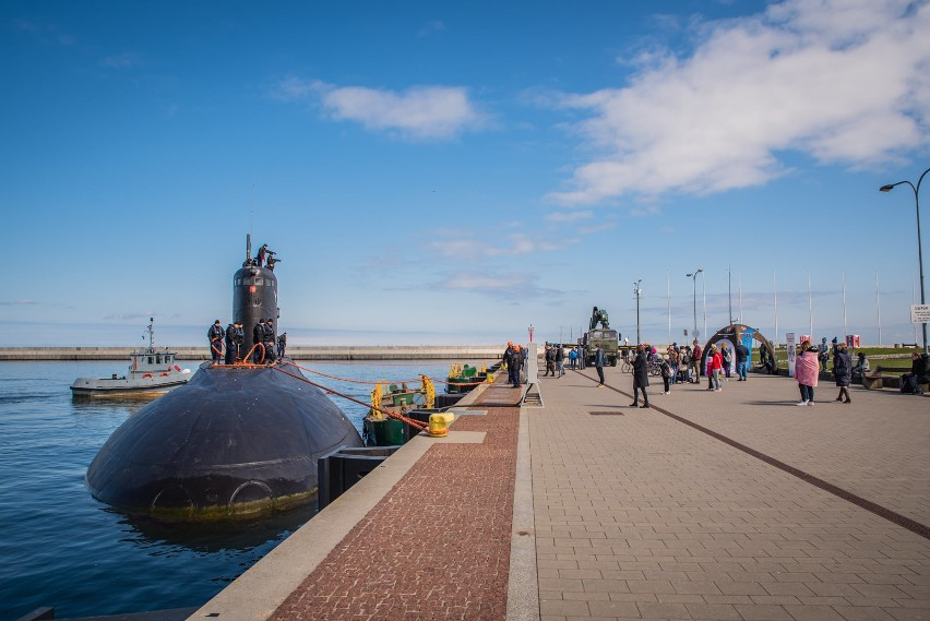 """Rzadki widok w Basenie Prezydenta w Gdyni. """"Dar Młodzieży"""" ustąpił miejsca naszemu okrętowi podwodnemu ORP Orzeł"""
