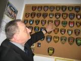 Komendant kolekcjonuje emblematy straży miejskiej
