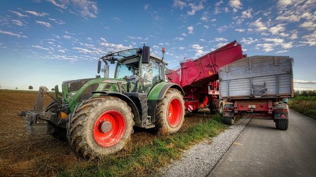 Na zmianie w dopłacie do paliwa rolniczego może skorzystać - według szacunków resortu - 1.381,6 tys. gospodarstw rolnych opowierzchni powyżej 1 ha użytków rolnych.