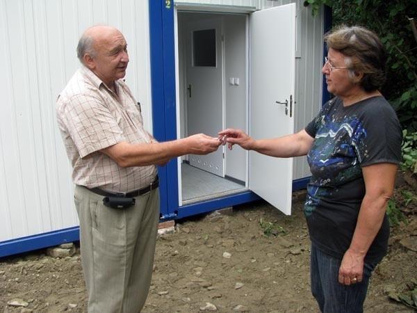 Eugenia Chodór z Latoszyna dostała klucz do kontenera od Stanisława Rokosza, wójta gminy Dębica.